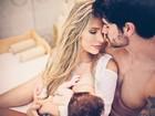 Adriana Sant'Anna amamenta o filho e ganha carinho do marido em foto