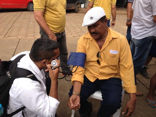 Taxista Daniel Pereira tem pressão aferida pelo técnico de enfermagem Arnaldo Olanda (Foto: Toni Francis/G1)
