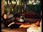 Momento relax! Alessandra Ambrósio ganha massagem nos pés