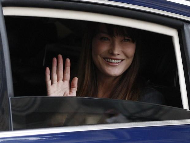 Carla Bruni acena ao deixar o Palácio do Eliseu (Foto: AFP)
