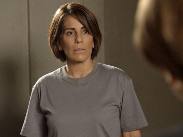 Beatriz descobre que poderá sair da prisão (Foto: TV Globo)