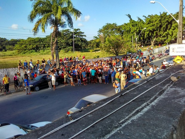 Moradores do Alto da Bela Vista fazem protesto contra morte de vizinho por bala perdida, no Curado (Foto: Reprodução/Whatsapp)