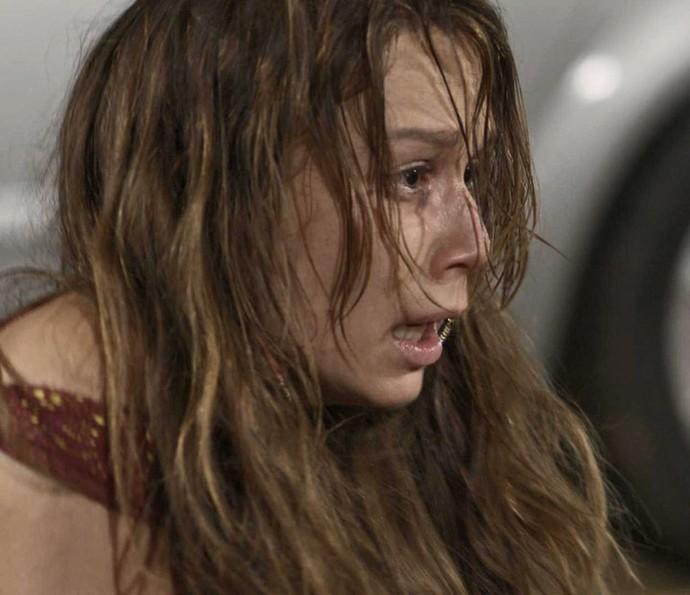 Tancinha fica desesperada ao ver que Beto foi baleado (Foto: TV Globo)