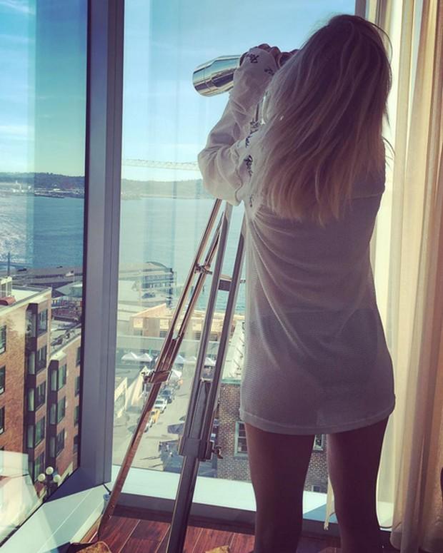 Ellie Goulding sensualiza de camisa transparente (Foto: Instagram/ Reprodução)