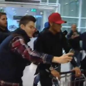 Frame Neymar desembarque Espanha (Foto: Reprodução)