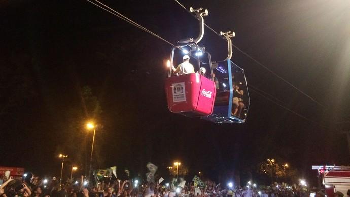 André Villarinho conduz a tocha olímpica no teleférico do Parque Mutirama, em Goiânia (Foto: Fernando Vasconcelos/GloboEsporte.com)
