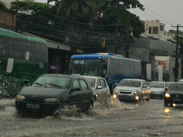 Chuva atrapalhou o trânsito na Avenida das Américas, perto das obras da Linha 4 do Metrô (Foto: Bia Mansur/ G1)