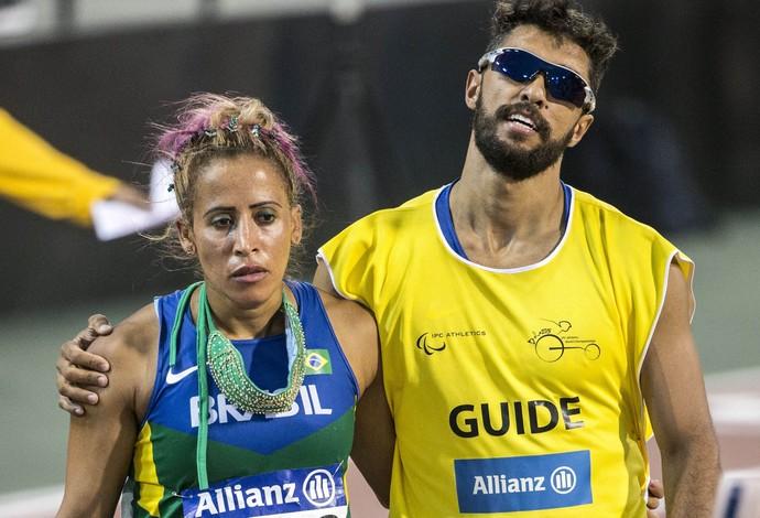Terezinha Guilhermina saiu desapontada da pista após perder a chance de conquistar a medalha de ouro nos 400m T11 (cego total) do Mundial Paralímpico de Atletismo em Doha, no Catar (Foto: Daniel Zappe/CPB)
