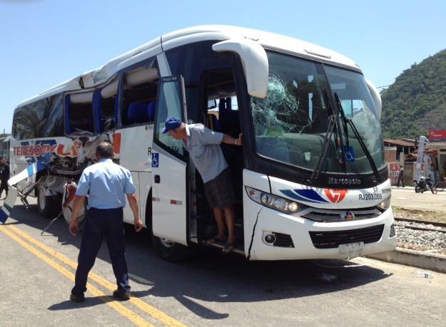 Ônibus foi retirado da linha de trem por volta das 13h30 (Foto: Mariucha Machado/G1)