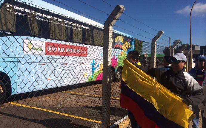 Torcedores do Equador aguardam seleção no embarque a Curitiba (Foto: Laion Espíndula / GloboEsporte.com)