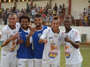 Figueirense-MG comemorando boa fase (Foto: César Vassalo/Divulgação)