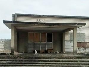 O hospital está abandonado há cerca de 10 anos e diariamente é usado como ponto de abandono de animais (Foto: Vânia Rodrigues/Arquivo Pessoal)