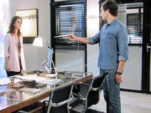 Caíque se encontra com a ex para entregar importante documento (Foto: TV Globo)