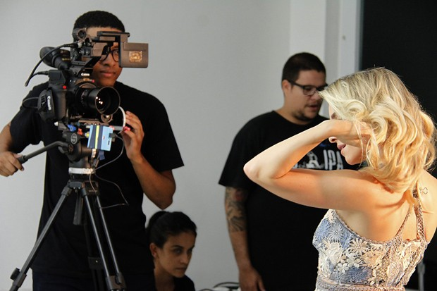 Monique Alfradique na gravação do clipe de Eduardo Costa (Foto:  Marcos Ferreira / Brazil News )