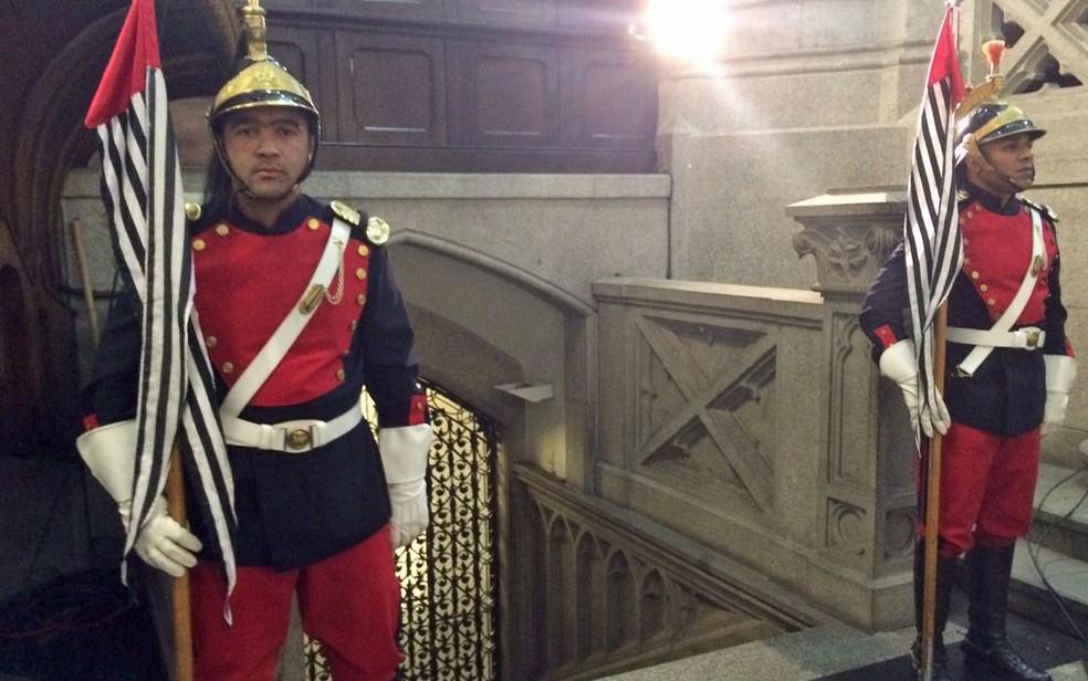 Guardas tomam conta da entrada da cripta, onde Dom Paulo será seputado (Foto: Tahiane Stochero/G1)