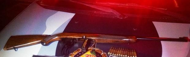 Fuzil de calibre 7.62 foi encontrado em carro de suspeitos de roubarem um celular na 710 Norte, na noite da última segunda (30) (Foto: Reprodução/PMDF)