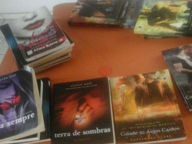 Livros de ficcção foram apreendidos na casa de adolescente (Foto: Chagas Silva/JF Agora)