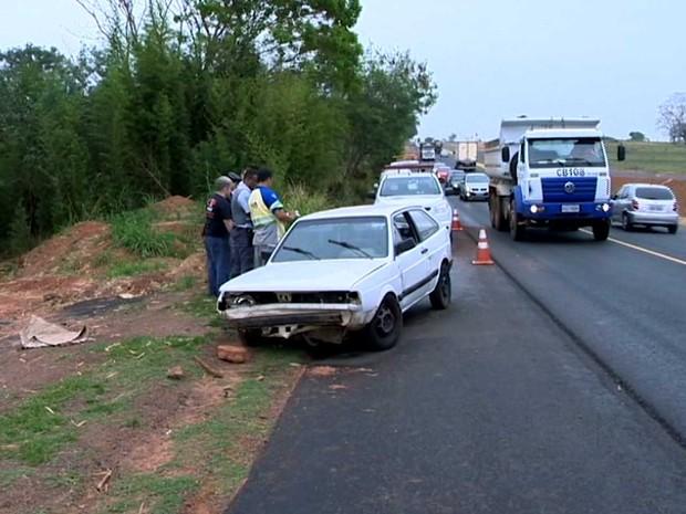 Mulher que conduzia o carro foi socorrida com ferimentos leves (Foto: Reprodução/TV Fronteira)