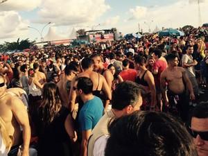 Público faz festa em desfile do bloco Babydoll de Nylon, em Brasília (Foto: Bárbara Lins/TV Globo)