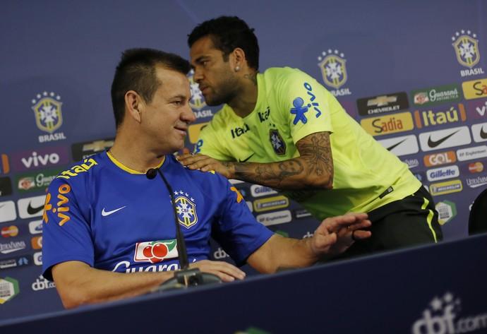 Daniel Alves Dunga coletiva brasil fortaleza (Foto: Leo Correia / Mowa Press)