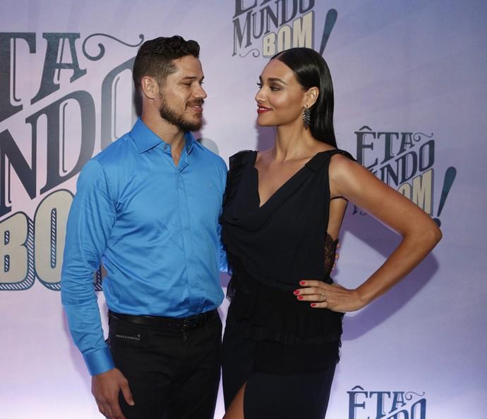 Débora Nascimento conta que os cachos curtos ajudaram a apimentar ainda mais a relação com o marido, José Loreto (Foto: Inácio Moraes/Gshow)