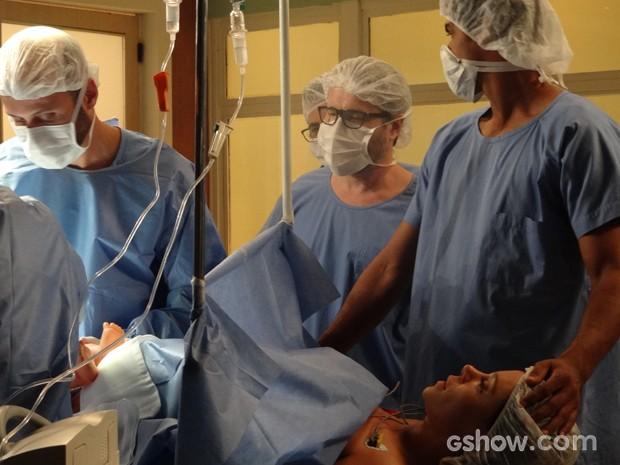 Jairo se estranha com Nando e  olha feio para ele durante o parto (Foto: Em Família/TV Globo)