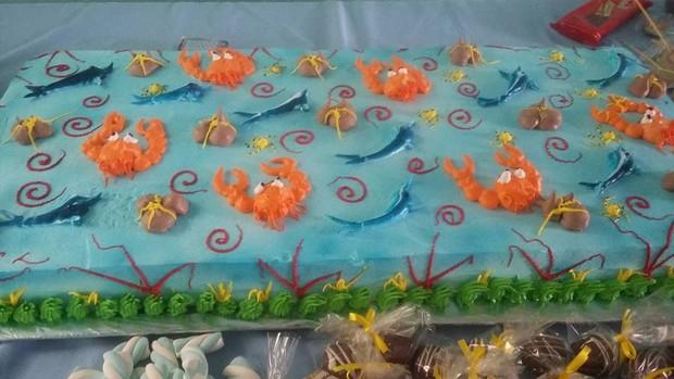 Bolo da festa das crianças do centro espírita que Pepê e Neném frequentam (Foto: Reprodução / Facebook)