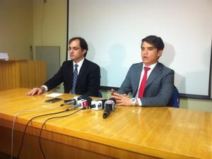 Delegado Bruno Calandrini (à direita) contou que a PF tem investigado denúncias contra os criminosos há um mês (Foto: Sávio Scarabelli/G1)