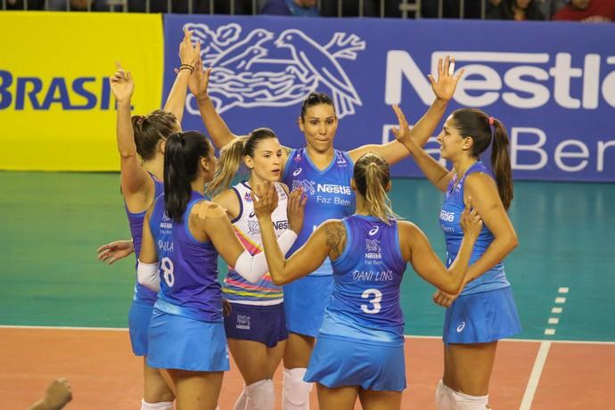 Time do Osasco vibra na partida contra o Sesi pela Superliga feminina de vôlei (Foto: Gabriel Inamine/Fotojump)