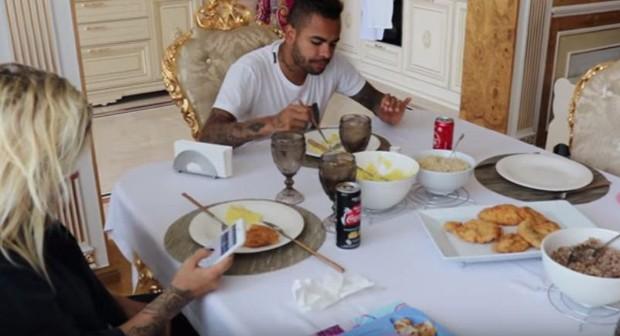 Dani Souza e Dentinho almoçando (Foto: Reprodução/Youtube)