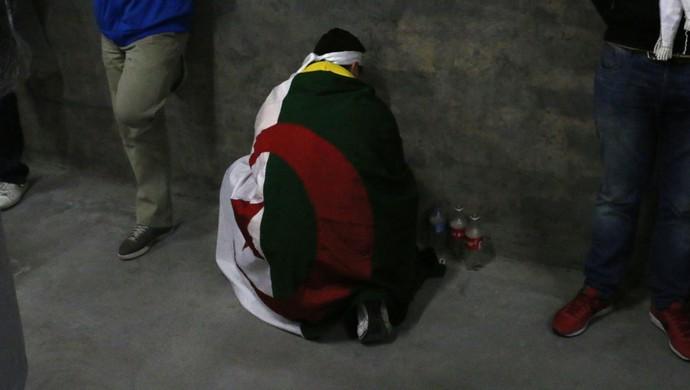Argelinos rezam dentro do Beira-Rio (Foto: Diego Guichard/GloboEsporte.com)