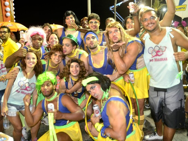 Amigos usam fantasias olímpicas em circuito na Barra (Foto: Diogo Macedo/ Ag. Haack)