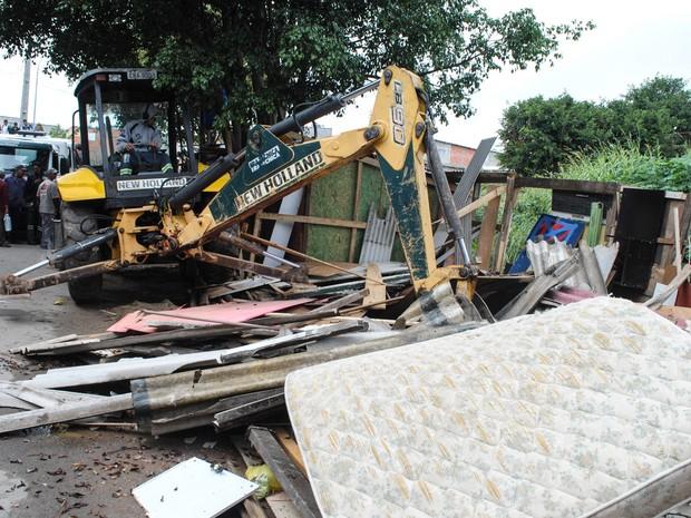 Trator destrói barracos durante reintegração de posse em um terreno da prefeitura no Jardim Aliança, em Osasco, na região metropolitana de São Paulo (Foto: Fábio Vieira/Código 19/Estadão Conteúdo)
