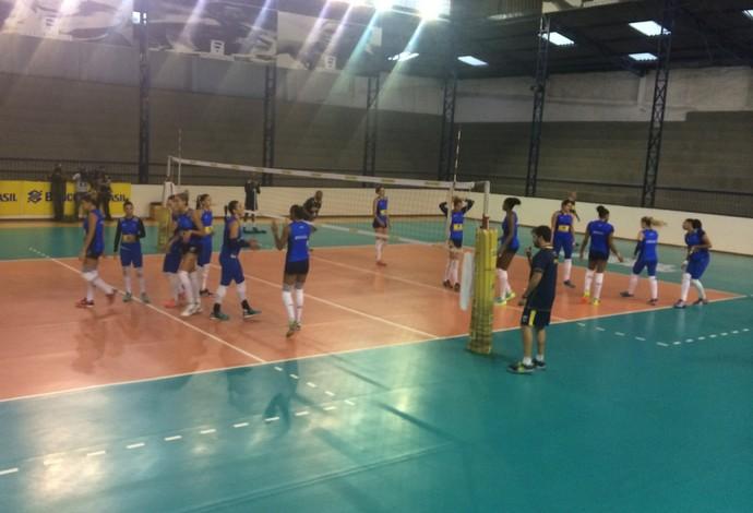 Na primeira parte do treino, Jaqueline esteve em quadra (Foto: Guilherme Costa)