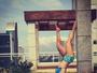 Renata D'Ávila mostra boa forma ao ficar de cabeça para baixo no ioga