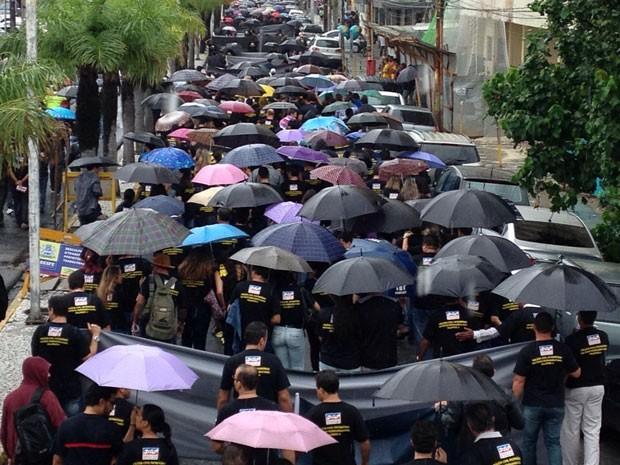 Policiais saíram em caminhada da Rua da Aurora até o Palácio das Princesas (Foto: Ana Regina / TV Globo)