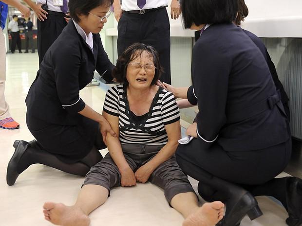 Parente de um passageiro a bordo do avião TransAsia Airways chora no Aeroporto Internacional de Kaohsiung, no sul de Taiwan (Foto: Reuters)