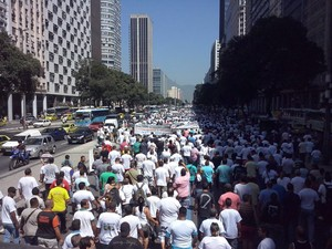 Motoristas de vans seguem em passeata no Centro do Rio (Foto: Janaína Carvalho/ G1)