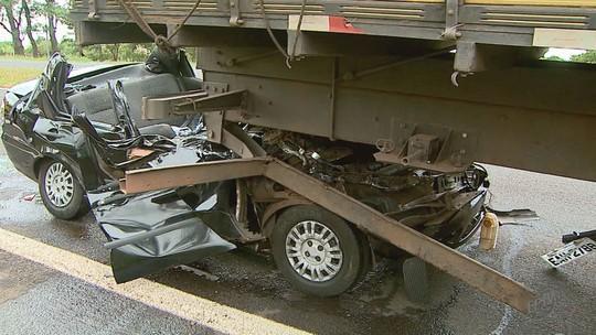 Jovem morre após carro bater em traseira de caminhão em Brodowski, SP