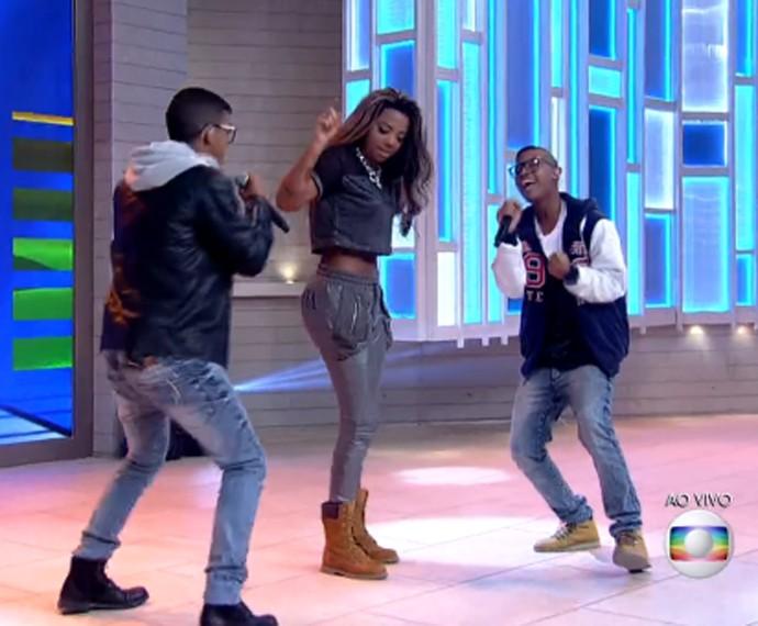 Ludmilla dança com Lucas e Orelha (Foto: TV Globo)