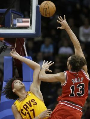 Anderson Varejão e Joakim Noah, Cavs x Bulls - AP (Foto: AP)