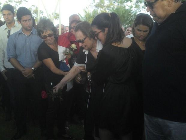 Viúva se despede de ex-governador Divaldo Suruagy (Foto: Larissa Vasconcelos/G1)
