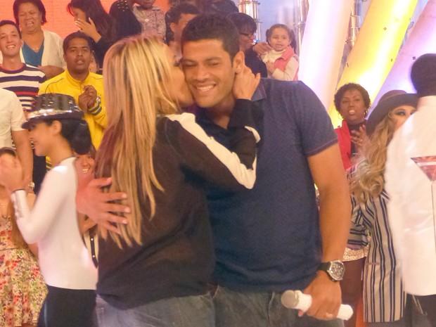 Atacante do Brasil ganha beijo da esposa no palco do programa (Foto: Esquenta/TV Globo)
