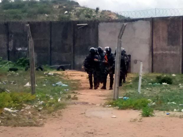 Policiais militares fizeram uma varredura ao redor de Alcaçuz nesta quarta (Foto: Magnus Nascimento/Tribuna do Norte)