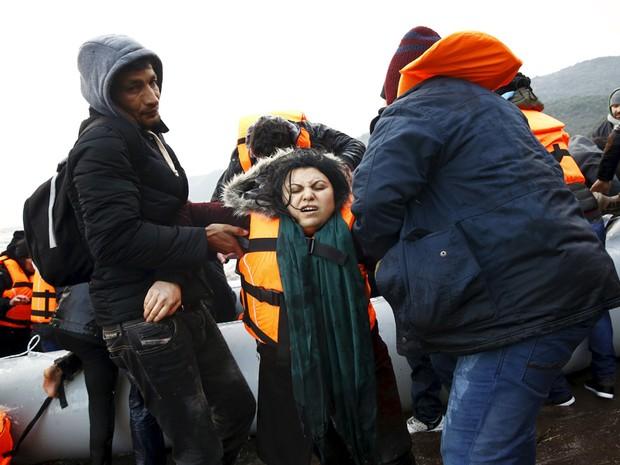 Refugiada iraqueana momentos após chegar à ilha de Lesbos, na Grécia (Foto: Giorgos Moutafis/Reuters)