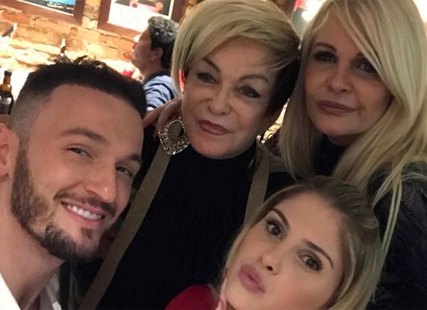 Diego Hypolito, Conceição Nery (mãe de Monique), Bárbara Evans e Monique Evans (Foto: Reprodução/Instagram)