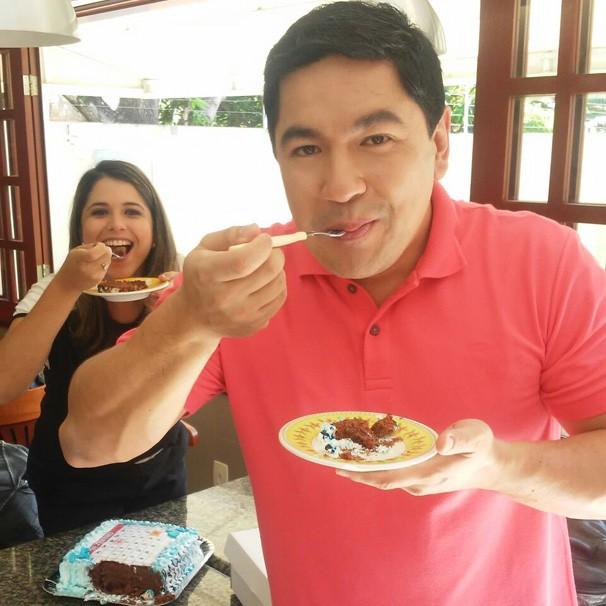 Karine Tenório e Bruno Sakaue comem bolo (Foto: Divulgação)