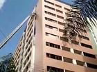 Mulher que limpava prédio fica pendurada no 10º andar em Brasília