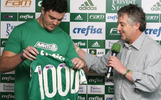 Paulo Nobre, presidente do Palmeiras, entrega camisa a milésimo sócio-torcedor premiado no Avanti (Foto: Fabio Menotti / Agência Palmeiras)