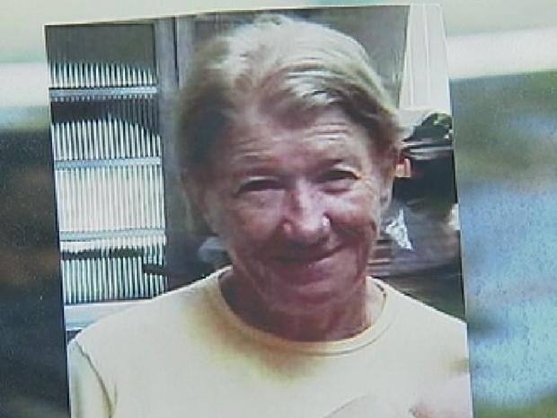 Mulher de 68 anos foi encontrada enterrada na frente da casa onde vivia (Foto: Reprodução/ TV TEM)